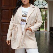 Mantel mit Reverskragen, doppelten Taschen und Kordelzug um die Taille