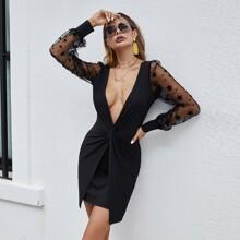 Kleid mit Stern Muster, Netzstoffaermeln, tiefem Kragen und Twist vorn