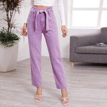 Jeans mit Papiertaschen auf Taille und Guertel