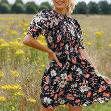 Kleid mit Ruesche, Stehkragen, Puffaermeln, Ruesche und Blumen Muster
