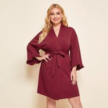Kleid mit Ruesche, Manschetten, sehr tief angesetzter Schulterpartie und Selbstguertel