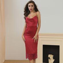 Lucra Satin Cami Kleid mit Motorhaubenhals, Spitzenbesatz und Schlitz