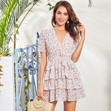 A Linie Kleid mit Bluemchen Muster, mehrschichtiger Raffung und Guertel