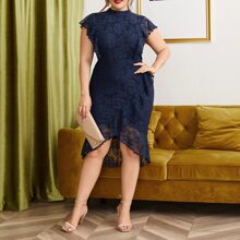 Figurbetontes Kleid mit Rueschen und Spitzen
