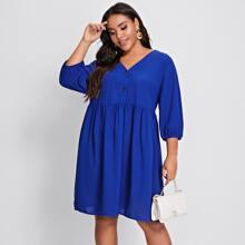 Einfarbiges Kleid mit Knopfen