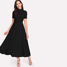 Ausgestelltes Kleid mit Stehkragen und seitlicher Tasche