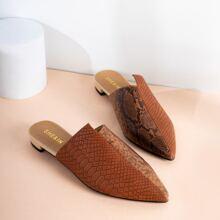 Flache Pantoffeln mit spitzer Zehenpartie und Schlangenleder Praegung