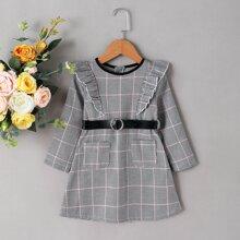 Kleid mit Hahnentritt Muster und Rueschenbesatz ohne Guertel