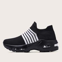 Slip On Sneakers mit Streifen und klobiger Sohle