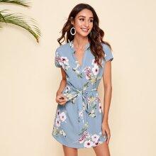 Kleid mit eingekerbtem Kragen, Blumen Muster und Guertel