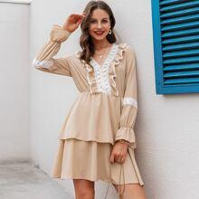Mehrschichtiges Kleid mit Raffung, Spitzenbesatz und Punkten Muster