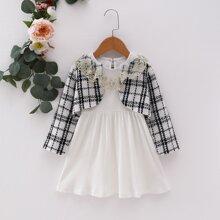 Kleid mit Stickereien und Rueschenbesatz & Tweed Jacke mit Plaid Muster