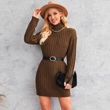 Strick Kleid mit sehr tief angesetzter Schulterpartie und hohem Kragen ohne Guertel