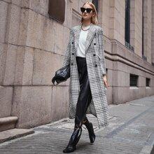 Mantel mit Spitzenkragen, zweireihigen Knopfen vorn und Karo Muster