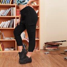 Pantalones recortados con bolsillo con solapa