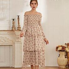 Schulterfreies mehrschichtiges Kleid mit Blumen Muster und Rueschenbesatz
