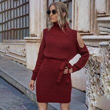 Schulterfreies Pulloverkleid mit Rollkragen und Selbstband