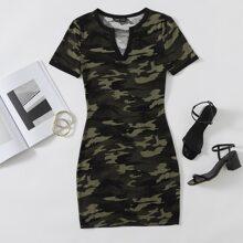 Kleid mit eingekerbtem Kragen und Camo Muster