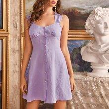 Kleid mit Rueschen auf Bueste und Knopfen vorn