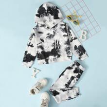 Hoodie und Jogginghose mit Batik und Buchstaben Grafik