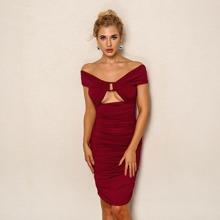 Schulterfreies Kleid mit Ausschnitt vorn und Ruesche