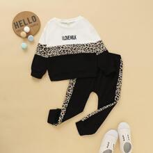 Sudadera de niñitos panel de leopardo cazador en contraste con pantalones deportivos