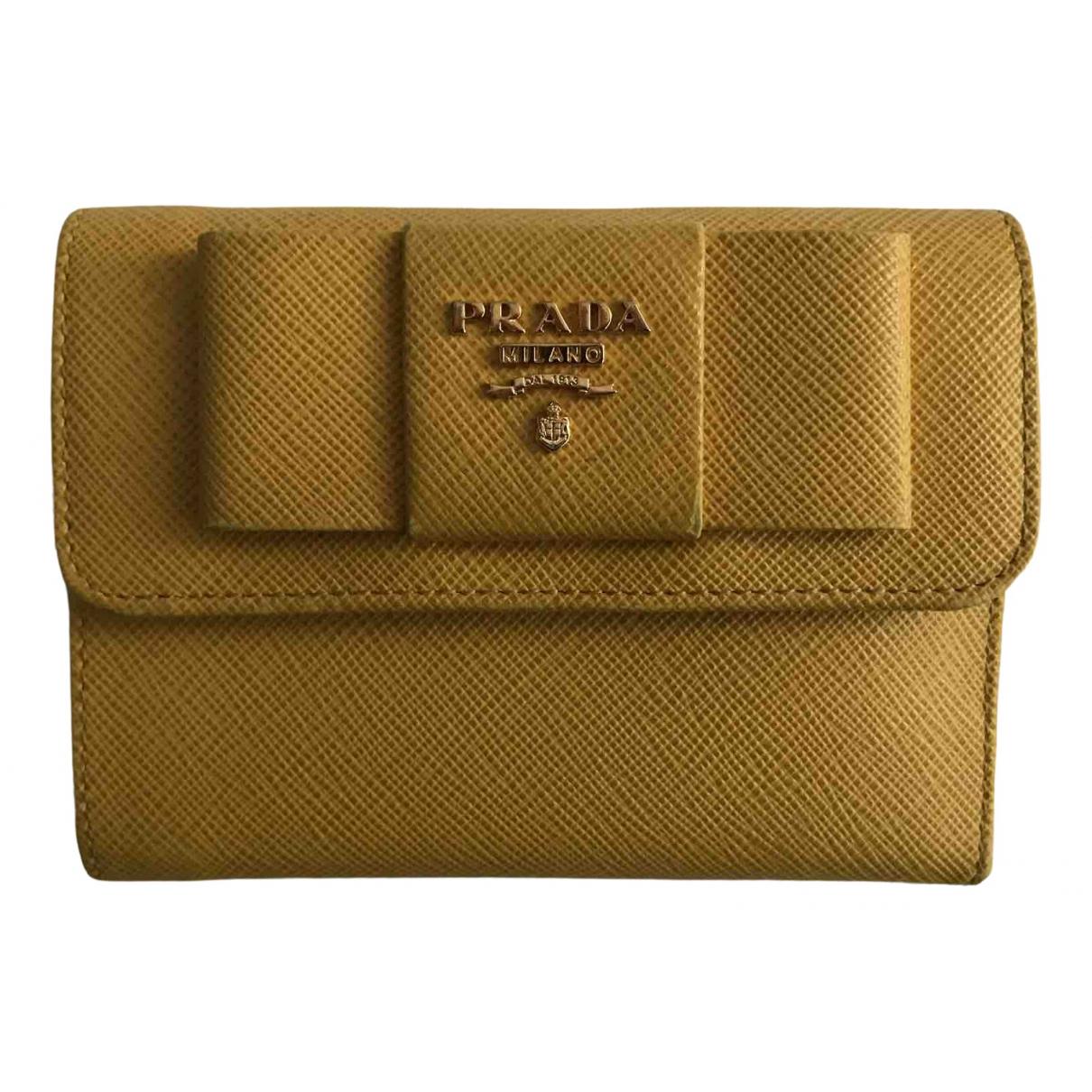 Prada \N Portemonnaie in  Gelb Leder