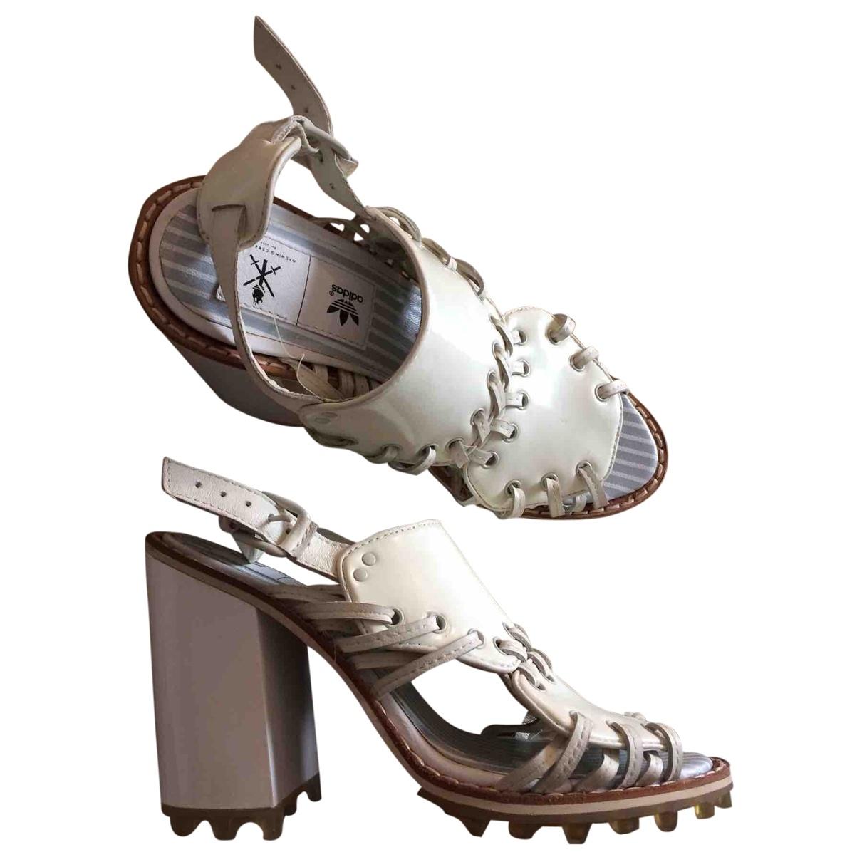 Adidas X Opening Ceremony - Sandales   pour femme en cuir verni - blanc