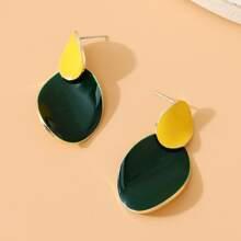 Geometrisch formige Ohrringe mit Farbblock