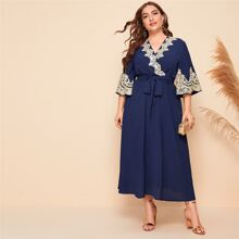 Kleid mit Stickereien, Netzeinsatz und V Ausschnitt vorn