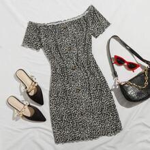 Schulterfreies Kleid mit Knopfen vorn, gekraeuseltem Saum und Leopard Muster