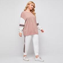 T-Shirt und Jogginghose Set mit sehr tief angesetzter Schulterpartie und Farbblock