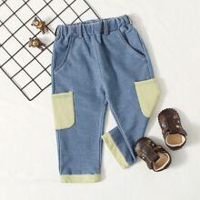 Jeans mit Taschen Flicken, elastischer Taille und geradem Beinschnitt