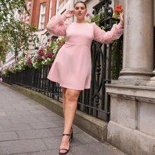 Einfarbiges Kleid mit Rueschen und Netzstoff auf Ärmeln