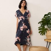 Nachtkleid mit Blumen Muster und V-Kragen