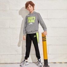 Conjunto capucha con estampado de letra con joggers con costura lateral en contraste