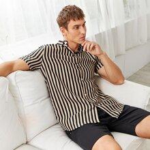 Maenner Hemd mit Knopfen und Streifen