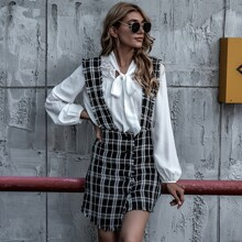Asymmetrisches Kleid mit ausgefranstem Saum, Knopfen vorn und Wickel Design