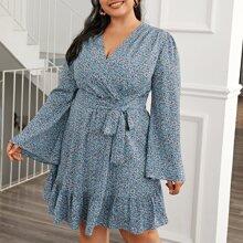 Kleid mit Gaensebluemchen Muster, Band vorn und Rueschen