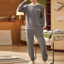 Conjunto de pijama de color combinado con estampado de letra