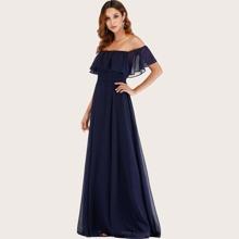 Schulterfreies Kleid mit Raffung und Schlitz
