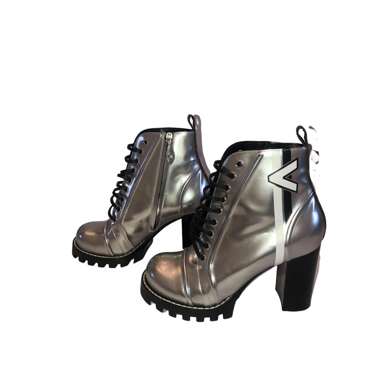 Louis Vuitton Star Trail Stiefeletten in  Silber Lackleder