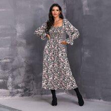 Vestido con estampado floral con fruncido de manga campanuda