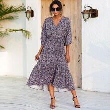 Kleid mit Fledermausaermeln, seitlichen Knoten und Gaensebluemchen Muster
