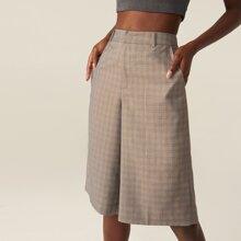 Bermuda Shorts mit schraegen Taschen und Karo Muster