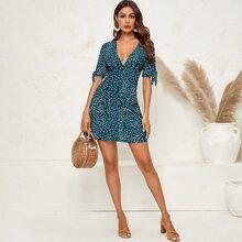 Kleid mit Punkten Muster, tiefem Kragen und Knoten