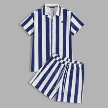 Conjunto de hombres camisa de rayas de dos colores con diseño de parche con shorts