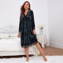 Samt Nachtkleid mit Kontrast Spitze und Bogenkante