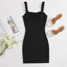 Kleid mit Rueschen, Riemen und Knoten vorn