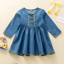 Denim Kleid mit Kontrast Band und halber Knopfleiste